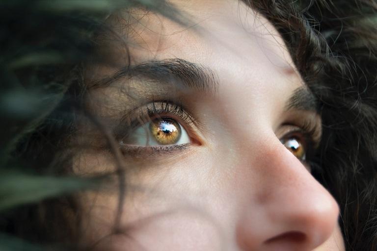 Jak zamaskować niedoskonałości pod oczami?